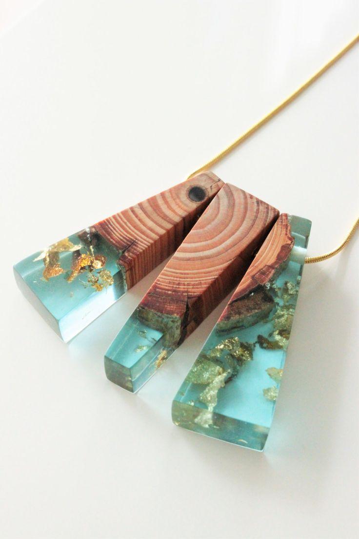 Gold Halskette mit Holz-Harz-Anhänger - handgemacht aus Holz und türkis blauem…