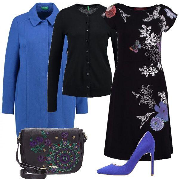 Il cappotto e le décolleté blu elettrico mettono in risalto l'abito dalle tonalità scure che ne richiama i colori nelle decorazioni. Un look adatto ad una serata con le amiche o per un aperitivo dopo il lavoro, per donne dinamiche e giovanili.