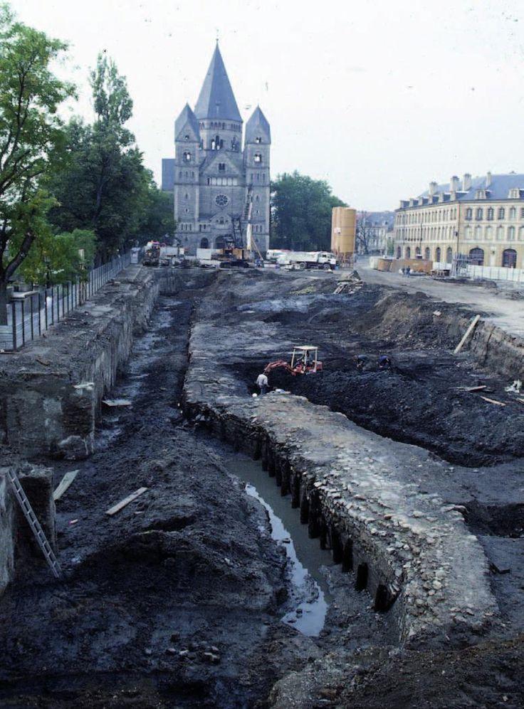 Port médiéval de Metz (1992, place de la Comédie) avec débarcadères en bois parallèles à la Moselle, datés par dendrochronologie du Haut Moyen Âge (9e s.) au 15e s. (avant remblais).