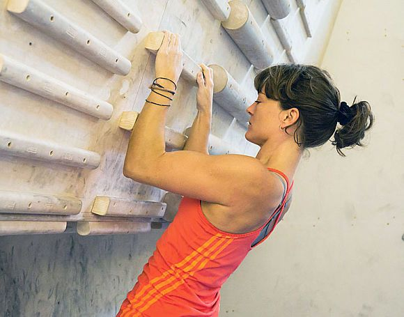 Die wichtigsten Übungen für mehr Körperspannung und Fingerkraft beim Klettern. Campusboard, Fingerboard, Kletterhalle: so geht stärker werden. (Yoga Inspiration)
