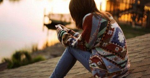 Ξυπνάς ένα πρωί και νιώθεις ξένος. Ξένος στο σώμα σου, στο μυαλό σου, στην ίδια σου τη ζωή. Κοιτάς γύρω σου, δεν αναγνωρίζεις το δωμάτιο σου, έχεις ξεχάσει τι μέρα είναι -βασικά δε σε νοιάζει τι μέρα είναι. Κοιτάς τον εαυτό σου στον καθρέφτη και δεν ταιριάζεις με τίποτα και κανέναν. Είναι εκείνη η στιγμή …