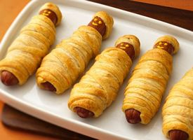 mummy dogs - I make these every year for the kids I watch - along with cheese stick fingers!