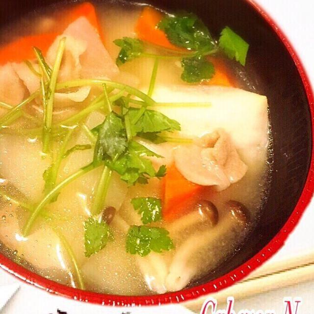 あけましておめでとうございます。今年も宜しくお願い致します(^O^)/  今年初Smapdishは、中村家のお雑煮。  オイラが子供の頃より元旦は、家長である鶏嫌いの親父に合わせて豚バラと大根、人参、牛蒡、しめじを入れた味噌仕立てのお雑煮を食べます^ ^  二日目には鶏のだしでとった東京雑煮を食べますが、いかんせんおふくろの気まぐれゆえ今年は食べれそうもないなぁ〜 - 25件のもぐもぐ - 中村家のお雑煮 by cabezon64