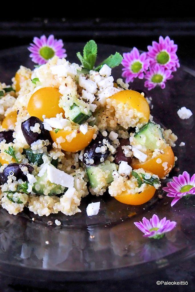 Välimerellinen kvinoasalaatti sitruunakastikkeella   Tässä on emännän panos tämän vuoden pääsiäispöytään! Välimerellinen kvinoasalaatti sopii pääsiäiseen kuin suklaamuna rairuohoon. Mukana ovat niin pääsiäisen värit kuin mautkin. Raikkautta salaattii…