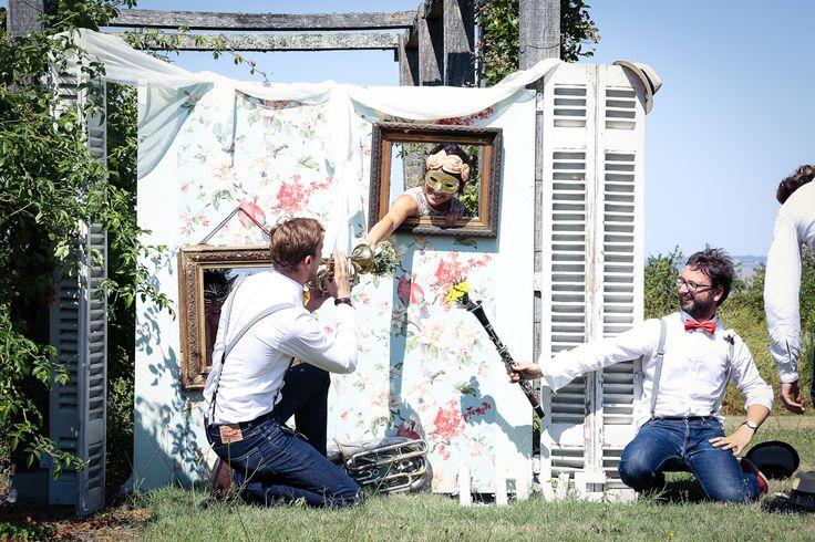 Idée photobooth mariage tout en tapisserie lors d'une inspiration près de Bordeaux en Gironde. Réalisé par Elisabeth Delsol, décoratrice sur un thème de la nouvelle-Orléans. Support Bois recouvert d'une tapisserie pastel.