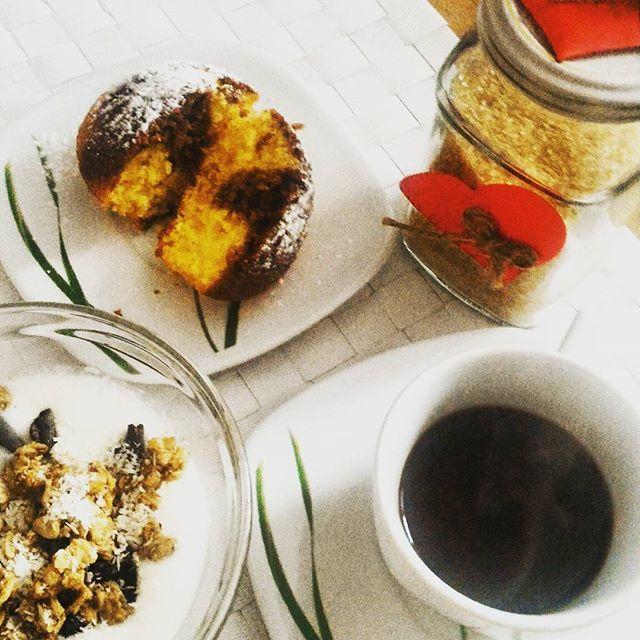 🕖#goodtimes #breakfast [yogurt bianco con granella di nocciole e cioccolato…