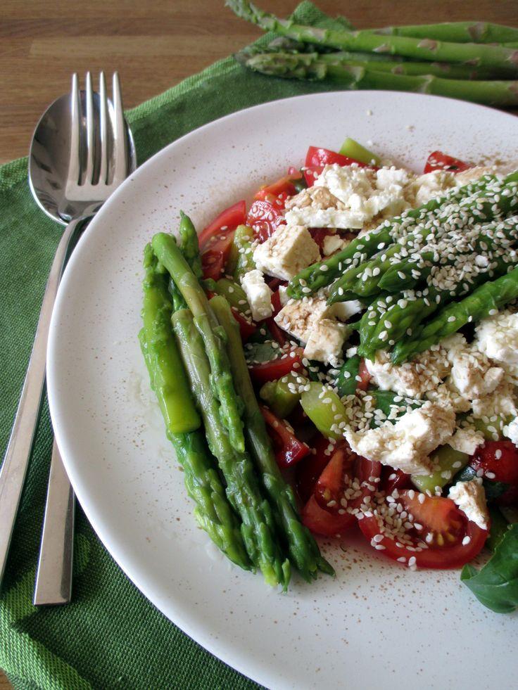 Asparagi pomodorini e feta all'insalata