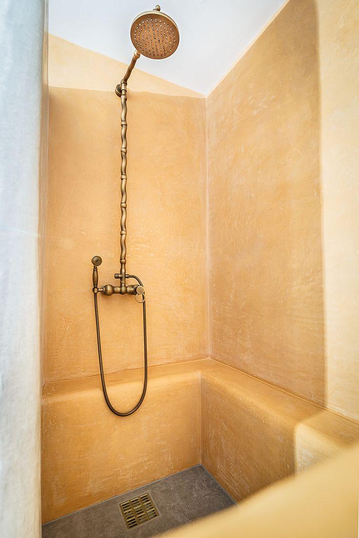 http://budujnaturalnie.pl/ kabina prysznicowa została pokryta wodoodpornym tynkiem Tadelakt. Materiał: http://www.dom-z-natury.pl/tynk_tadelakt.html