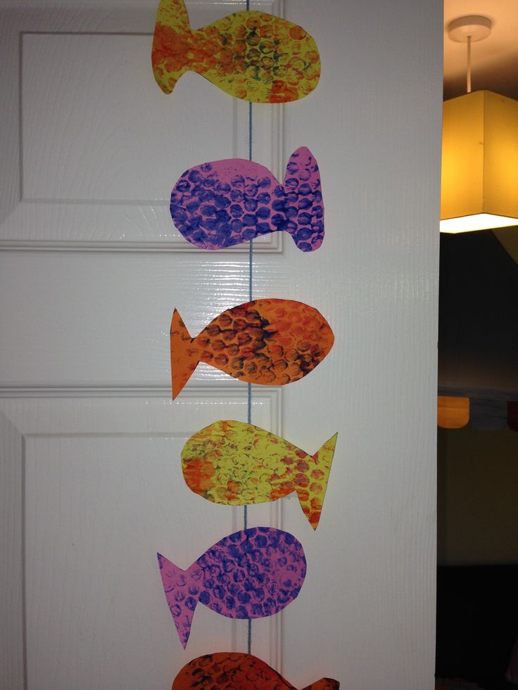 Bubble wrap effect fish mobile. Quick and simple craft to do with toddlers.