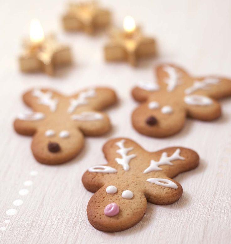 Pour les fêtes de Noël, faites des petits biscuits Rennes de Noël avec un simple emporte-pièce bonhomme. Succès assuré auprès des enfants !