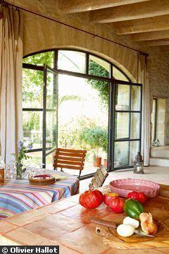 Une grande baie vitrée - Métamorphose d'une grange - CôtéMaison.fr