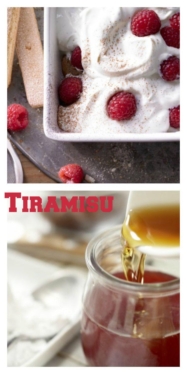Vor dem Servieren wird das Tiramisu mit Beeren garniert und mit Kakao bestäubt: Fruchtige Quark-Himbeer-Creme – smarter mit Kaffeelikör und Löffelbiskuits | http://eatsmarter.de/rezepte/fruchtige-quark-himbeer-creme-smarter