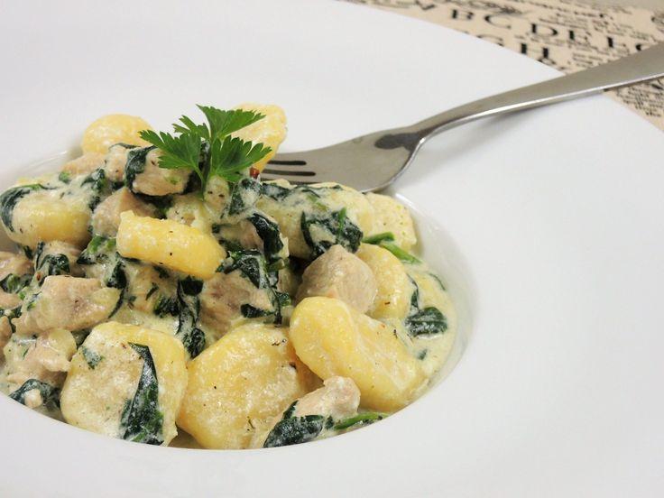 Fantastické kypré gnocchi s krůtím masem a čerstvým špenátem v jemné smetanové omáčce.