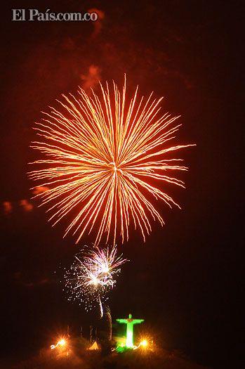 El cerro de las Tres Cruces y el monumento a Cristo Rey, se engalanaron de luces y color en la noche de este martes con el espectáculo de juegos pirotécnicos que dio inicio a la celebración del día de la independencia de Cali.