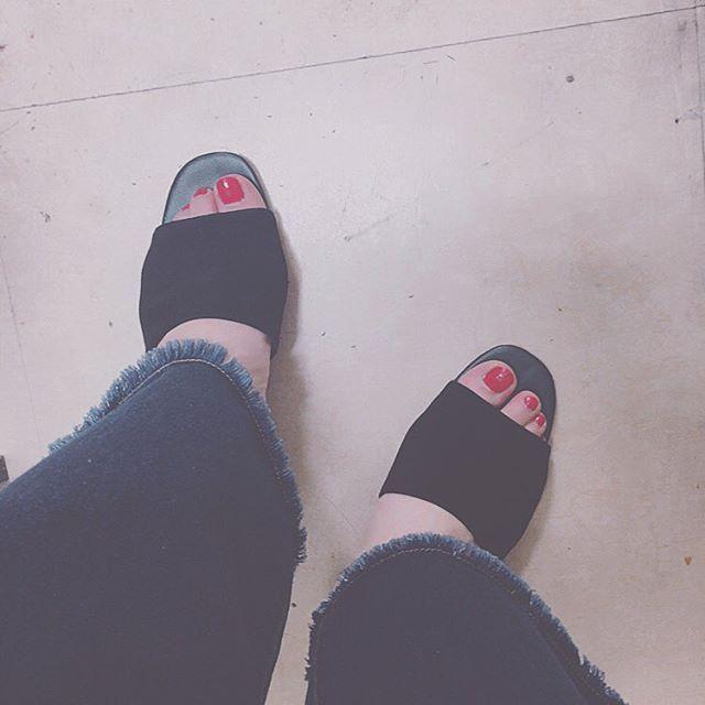 fashion♡ black×redが可愛い💓 . . . #ファッション#コーデ#サンダル#ミュール#トレンド#流行り#フリンジデニム#ヘザー#ネイル#セルフネイル#赤ネイル#可愛い#おしゃれ#お洒落好きな人と繋がりたい#フォロミー