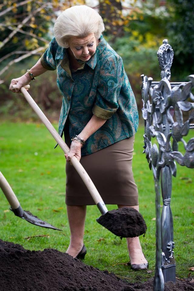 Prinses Beatrix is niet vies van een beetje tuinieren. Ze plantte vandaag een Koningsboom
