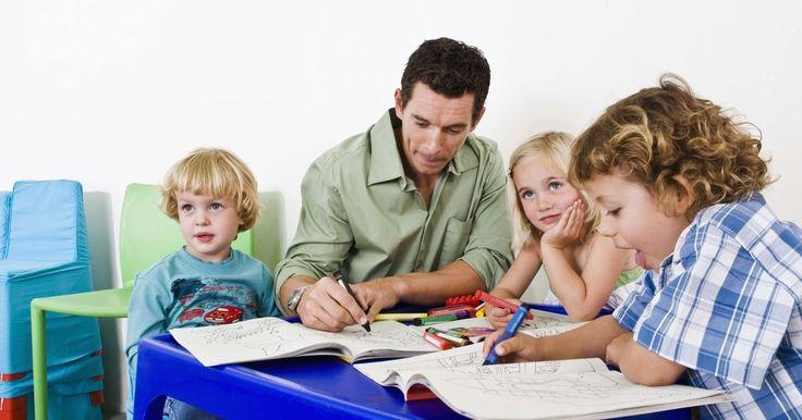 Lista de expectativas de la clase. Más allá de la edad de tus alumnos, crear una lista de expectativas de clase puede ayudar a promover un ambiente ordenado para el aprendizaje. Haz que la buena conducta sea divertida para los alumnos recompensándola. Los niños pequeños pueden disfrutar estrellas doradas o lápices por cumplir con las reglas, mientras que los niños más grandes ...