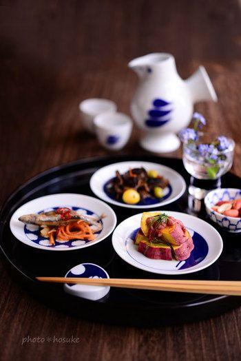 日本酒をくいっといきたいときも。すこしずつの肴を豆皿に盛り付ければ、まるで小料理屋さんのような演出ができますよ。