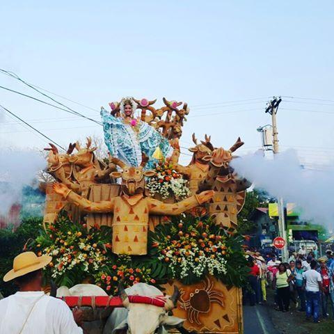 Y así fue el Desfile de Carretas del Festival Nacional de La Caña de Azúcar - Pesé 2016, cerrando la delegación de S. R. M. Lía Maybeth Madrid Rodríguez con una nutrida representación, llena de mucho folklore, alegría y orgullo.  #liamaybeth2016 #VIPQueen #pese2016 #mireinaprometeycumple #festivalnacionaldelacañadeazúcar @eyrademadrid @edgardomadrid @victoruben01 @hectormencomo @alopanameno @peseenses @santiagomagazine @veraguas09 @chitre_progresa @bellezanacional.pa @rubenmeto