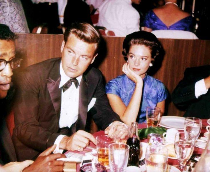 Obligations de STARS, participer, entre autres, à de nombreuses soirées mondaines ou de galas, clauses souvent invoquées dans leur contrat avec les studios qui les ont engagé... On reconnaîtra sur ces photos, de haut en bas... Bette DAVIS (1962) / Gina LOLLOBRIGIDA aux côtés du peintre Salvador DALI (1965) / Mitzi GAYNOR, Ethel MERMAN et Lucille BALL (1965) / Patty DUKE (1965) / Rosalind RUSSELL, Greer GARSON et Merle OBERON (1965) / Vivian VANCE / Shelley WINTERS (1962) / Natalie WOOD aux…