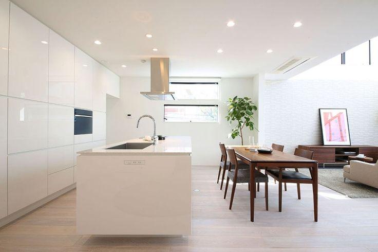 緑に囲まれた中庭のある家 白で統一したモダンなキッチン|重量木骨の家 選ばれた工務店と建てる木造注文住宅