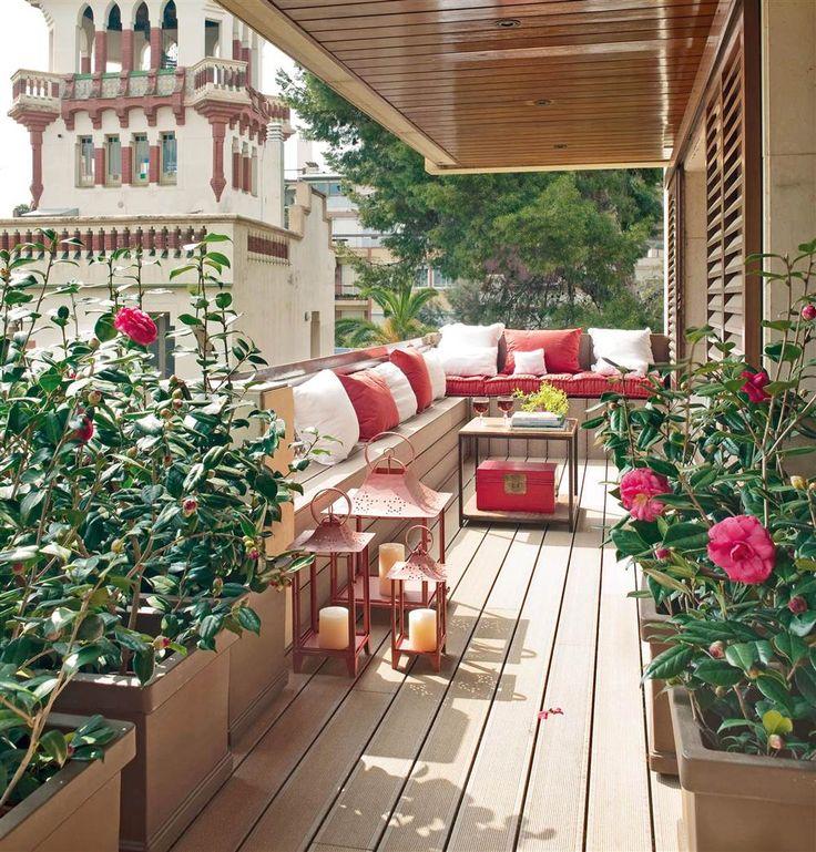 Balcon con tarima sintetica, sofas y flores_00303916