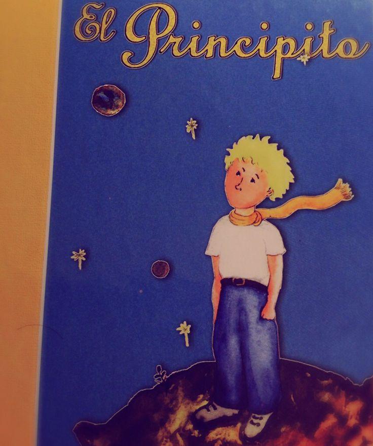 """EL PRINCIPITO. - Podría cometerse el error de pensar que """"El Principito"""" es un libro para niños, un cuento corto, sin más. Cierto es, que si leemos el cuento de forma literal no es más que la historia de un niño solitario, sin embargo el libro está dirigido a los adultos, a ese niño que vive en nosotros y que en algún momento hemos descuidado. A medida que avanzan..."""