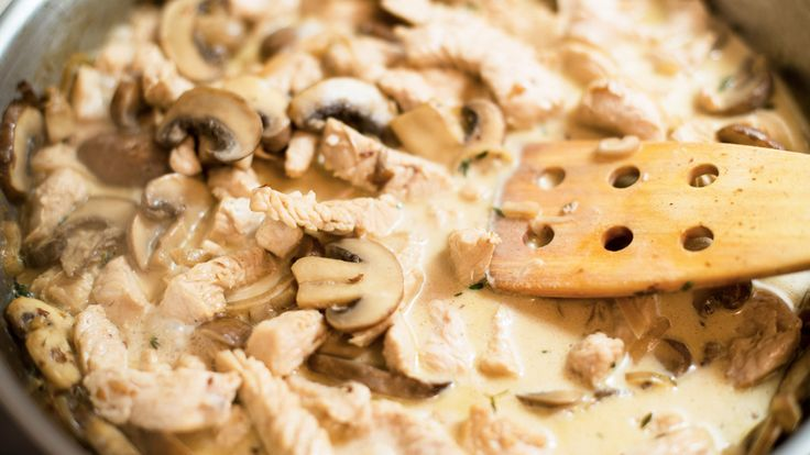在日3年のスイス人の友だちがいます。その彼が故郷を懐かしんでつくる料理があると聞き、教えてもらったのが「ゲシュネッツェルテス」という濃厚クリームソースの一品。薄切り肉にマッシュルームのクリームソースをかけていただく料理です。おいしいですよ。このゲシュネッツェルテス、もとは仔牛を使ったチューリッヒの名物料理だそうですが、他県でもお肉を変えたアレンジがされているんだとか。一般的に、スイスやドイツ...