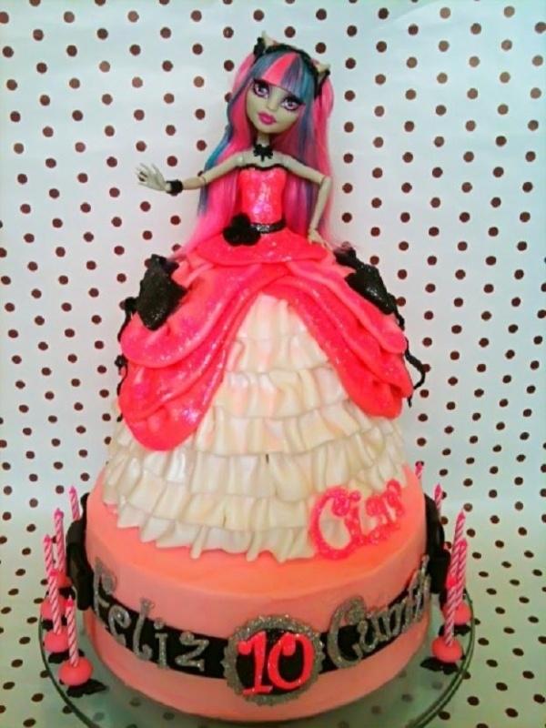 Monster High Rochelle Goyle Doll Cake