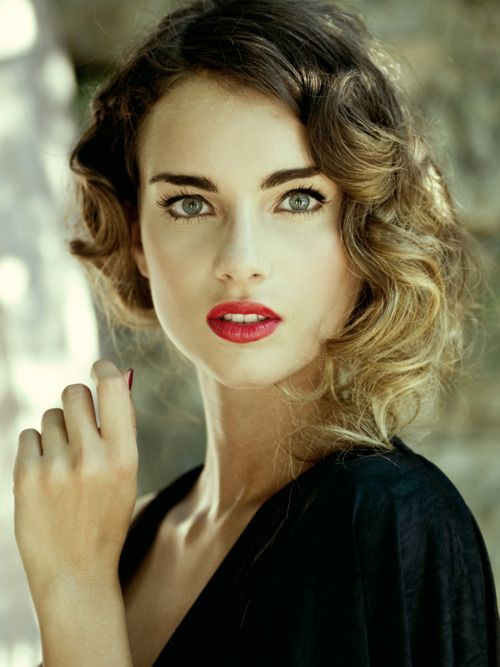 love the soft curls and little bit of messiness. i like the make up too