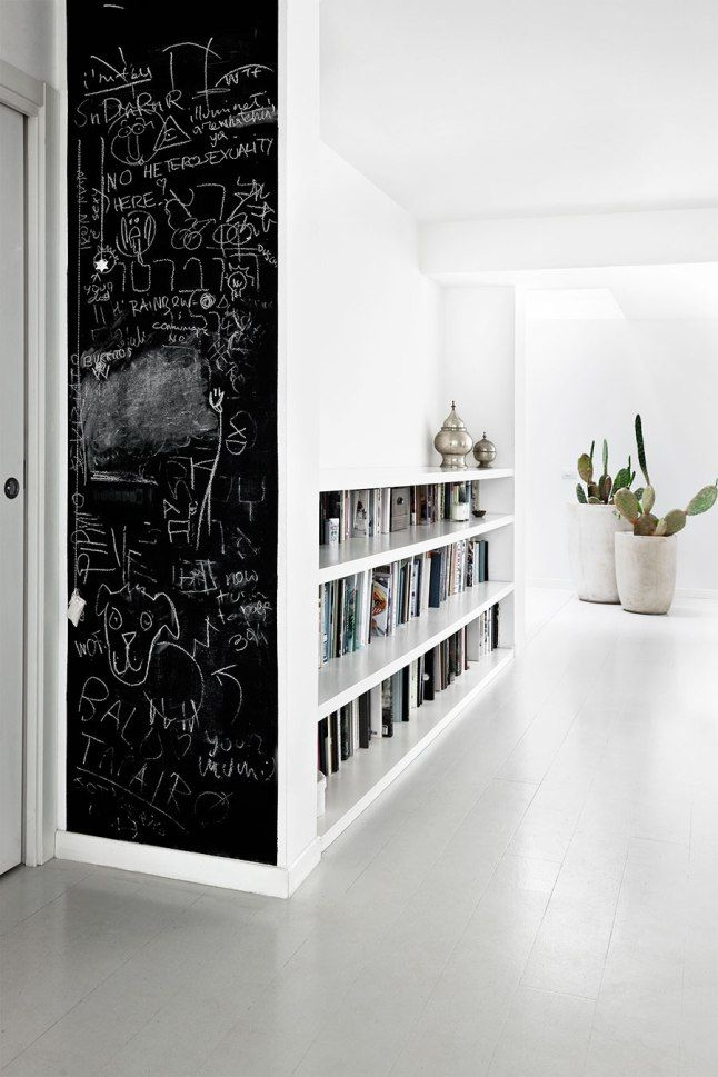 Nos encanta el toque naif que la pared de pizarra aporta a esta zona de la #casa.