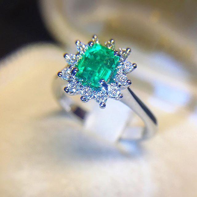 Anello in oro bianco con smeraldo 0,74ct e diamanti 0,21ct - MIRCO VISCONTI - Cicala.it