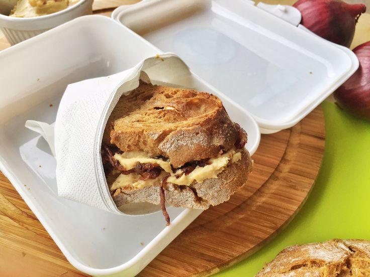 Come preparare con facilità un delizioso panino con hummus di ceci e cipolla caramellata, che conquisterà anche il palato di chi ha scelto la dieta vegana.