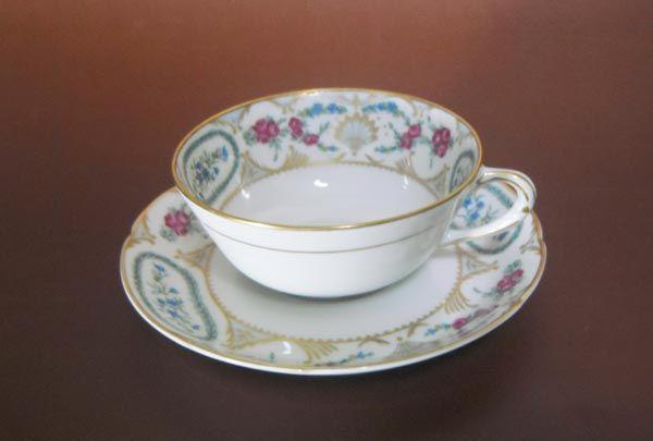 商品明細 商品名 ベルナルド ヴィニー ティーカップ&ソーサー リモージュ  ベルナルド ベルナルドは、リモージュ地域最大の窯元を誇り、純白のカオリンを生かした素地の白さには定評があります。 リモージュ 1766年、フランスリモージュ地方で硬質磁器生産には欠かせないカオリンが出土、最盛期には、多くの窯元が現れ、ルノワールなども絵付け職人として雇用されていました。本商品のバックスタンプにはリモージュ・フランスの刻印があります。 商品説明 青いデルフィニュームとピンクの薔薇を小さいながら丁寧に描き、そこ...
