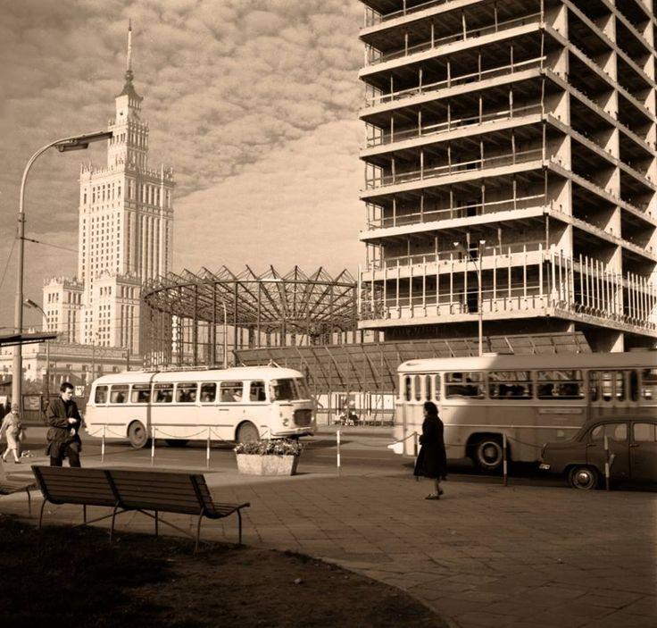 """""""Universal"""" i """"Rotunda"""" w nietypowej odsłonie 1964r. fot. Jerzy Piasecki, źr. omni-bus.eu, zdjęcie jest własnością Narodowego Archiwum Cyfrowego"""