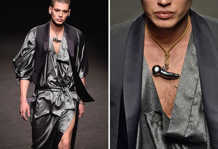 Pochi giorni fa, durante la settimana della moda maschile a Milano, Vivienne Westwoodha fatto sfilare i modelli con un ciondolo fallico appeso al collo. Ma non è questa moda bizzarra gira già da un po'...