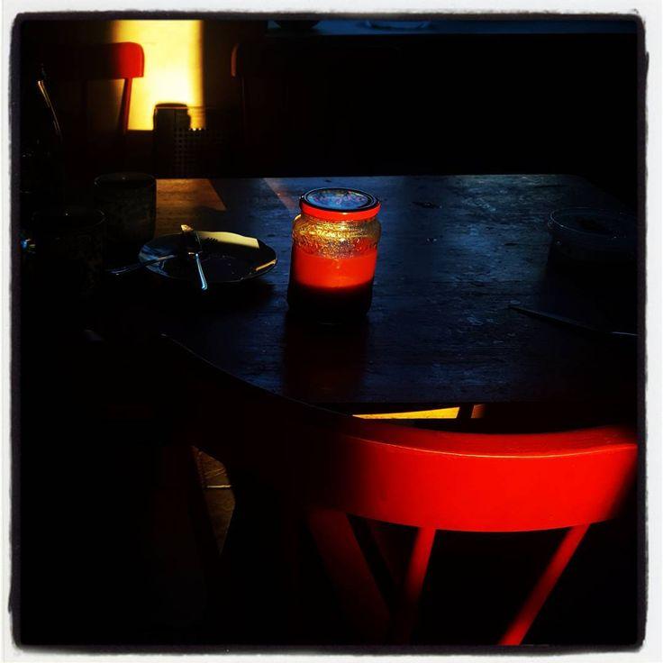 Помидоры в собственном соку, грязная посуда и красные стулья. Максимишин
