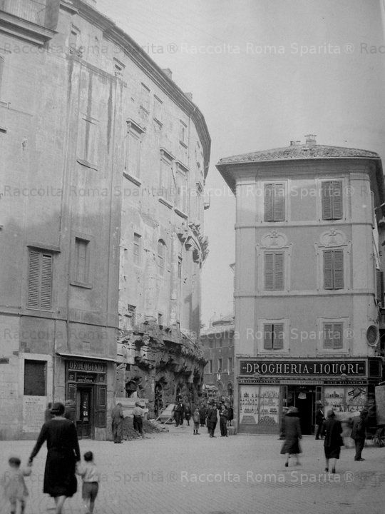 Foto storiche di Roma - Piazza Montanara, a sinistra il Teatro Marcello, prima delle demolizioni Aprile 1926