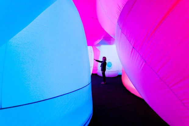 A Dreamy Journey Through an Undulating Rainbow: Per La Mente explores the Oakland Museum of California invites viewers into a meditative technicolor wonderland