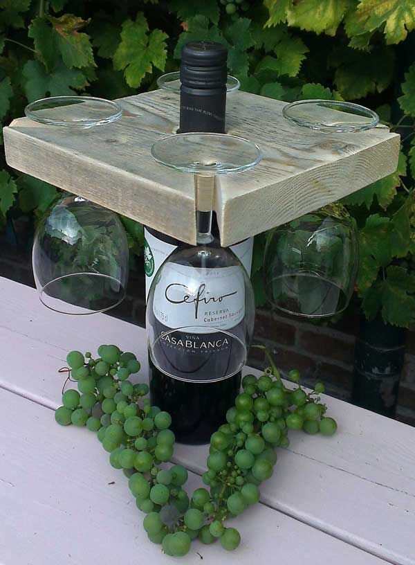 Steigerhouten glazenhouder voor een wijnfles van de Houtshop. deHoutshop kwaliteitsmeubels van steigerhout, sloophout en pallethout voor huis en tuin.