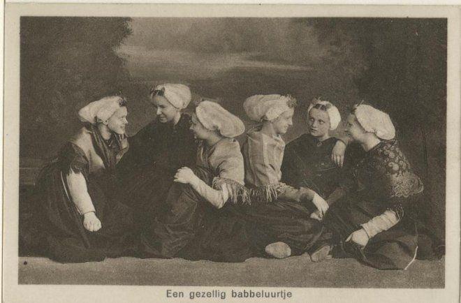 Zes jeugdige Scheveningse vrouwen houden een praatje voor een geschilderde achtergrond. ca 1920 C. Ottes, Scheveningen, nr. 1244 #ZuidHolland #Scheveningen