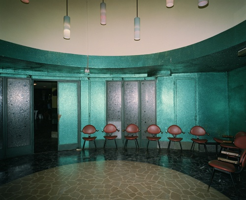 Crea, oltre alla sala da ballo vera e propria, pure una stanza (sovente scuola) di danza. La pianta circolare appare tagliata a metà dai due colori scelti: un lato bainco e l'altro verde scuro (foto).