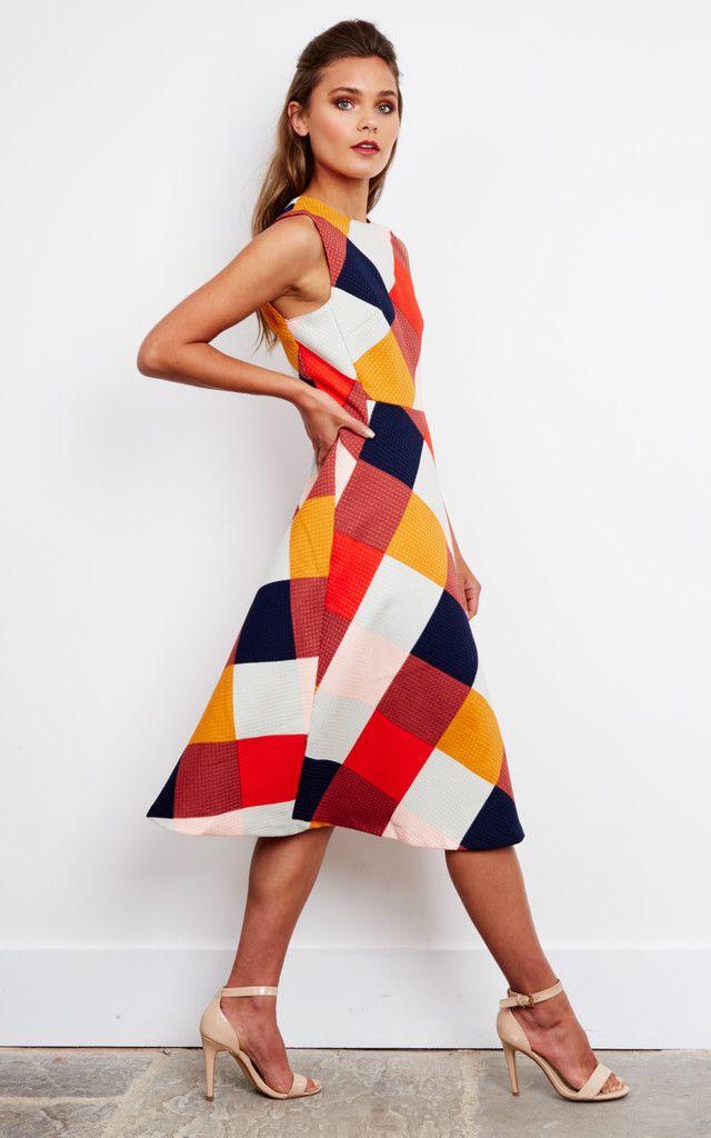Elegant sleeveless midi in a textured fabric featuring multicoloured diamonds.