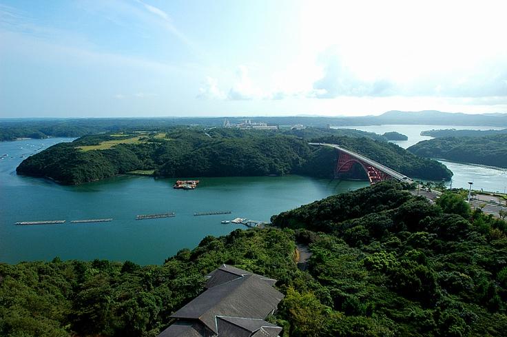 高台に建つホテルから望む美しい的矢湾。