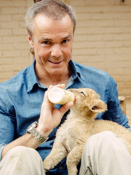 Schauspieler Hannes Jaenicke möchte die Löwen in Afrika vor heimtückischen Jägern beschützen. Was er dabei erlebt, zeigt er in der