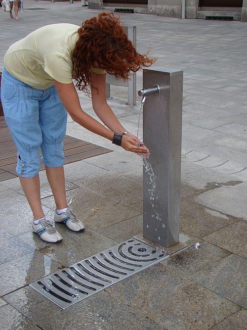 Dekoratív darabja lehet az utcának egy ivókút.  http://www.bogep.hu/ivokutak.html