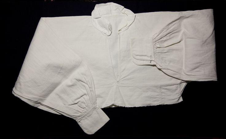 Överdel |Överdel av kraftigt hemvävt linne med breda kvalar. 5 cm bred halslinning. Användes till vardags. Från Ralf Måågs samlingar.