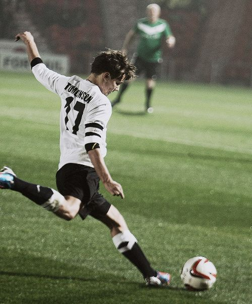 Being a soccer player just made him like 10 times more attractive. Louis Tomlinson <3