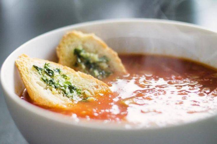 Zupa pomidorowa z cebulą, czosnkiem i bazylią z grzankami