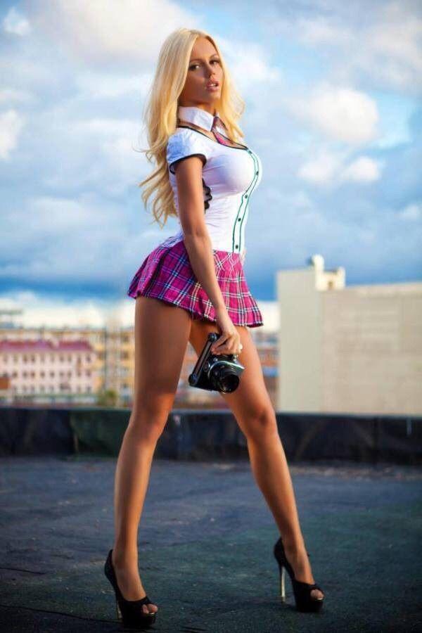 русская красотка в короткой юбочке ножки
